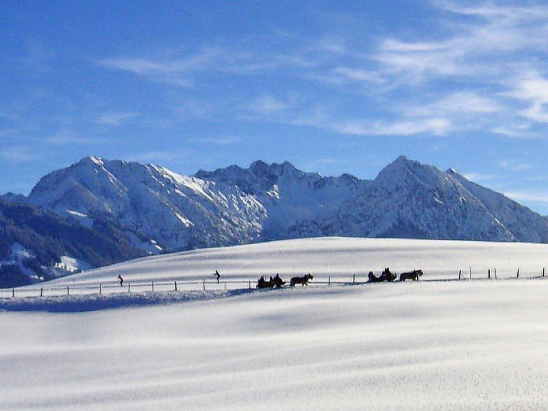 Wintersport mit Blick zum Nebelhorn